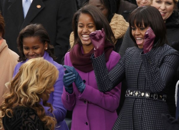 Michelle e suas filhas, Sasha (esq.) e Malia, parabenizam a cantora Beyoncé ao fim da execução do hino americano no Capitólio. (Foto: Kevin Lamarque/Reuters)