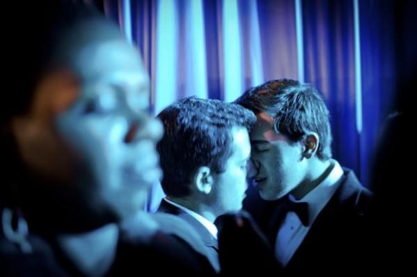 Mike Mignosi e Joseph Velloni (dir.), de Nova York, se beijam durante o baile de gala no Centro de Convenções Walter E. Washington, onde Obama festejou a posse dançando com a mulher. (Foto: Max Whittaker/The New York Times)