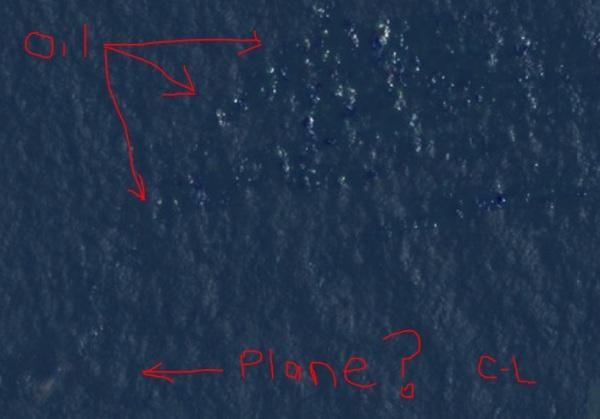 """""""Não sou especialista, mas isso se parece com um avião e um vazamento de óleo. Rezando pelas família do  MH370. A imagem é de mais ou menos uma milha de Pulau Perak, mas o que eu poderia saber?"""""""